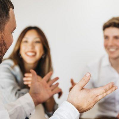 personas-conversando-reunion_23-2148222534